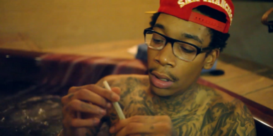Screen Shot 2017 12 07 at 6.03.00 PM 386x193 Wiz Khalifa shows you how to roll the perfect joint