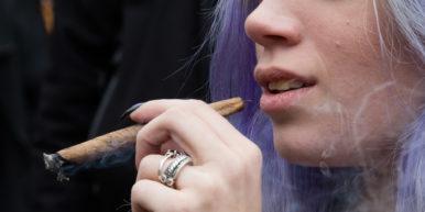 Do women smoke more weed than men 1 of 2 386x193 Women smoke more weed than men, report finds
